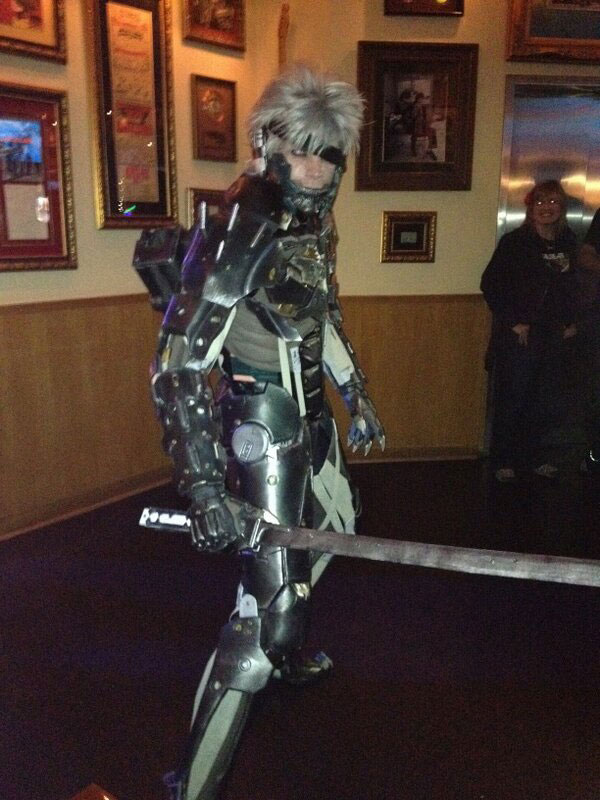 Metal-Gear-Rising-Launch-Event-LA-Raiden-Cosplay