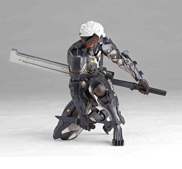 Revoltech-Raiden-kneeling down
