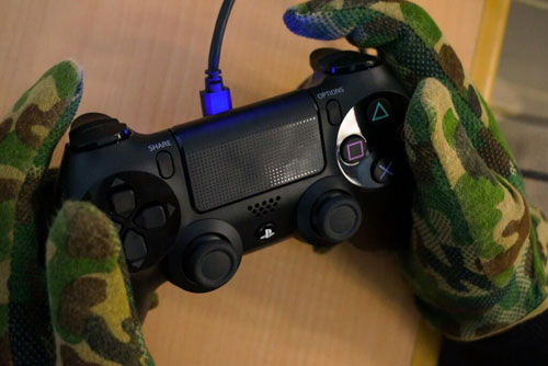 Kojima-holding-DualShock-4-Gloves
