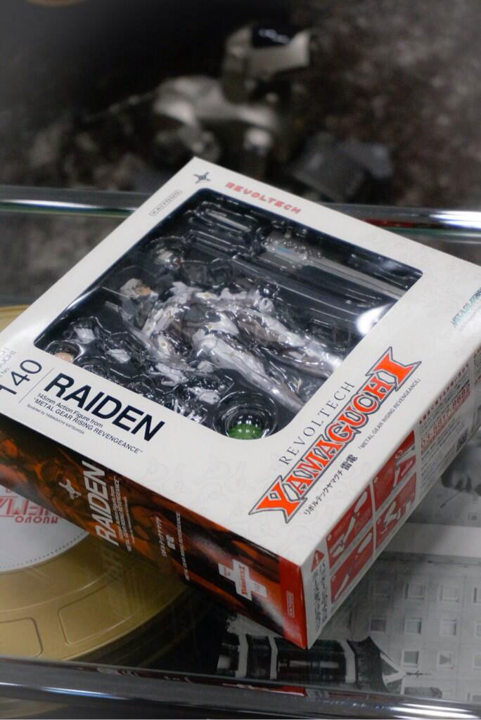 Revoltech-White-Raiden-Metal-Gear-Rising-Box