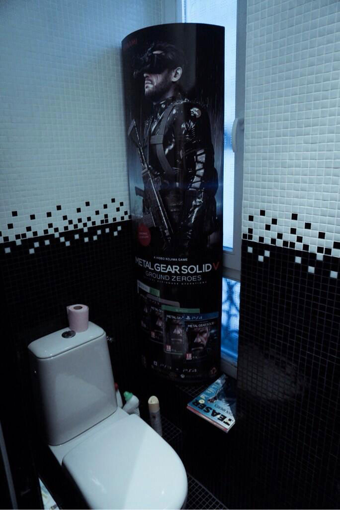 Kojima-Paris-2014-Loft-Ground-Zeroes-Standee-Bathroom