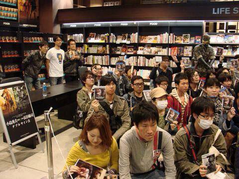 Tsutaya-Signing-Session-Kojima-14