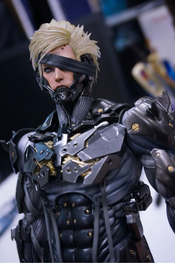 Black-Raiden-Hot-Toys-Statue-2