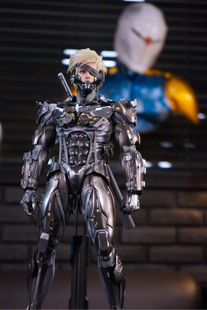 Black-Raiden-Hot-Toys-Statue-3