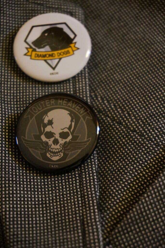 Kojima-E3-2014-Outer-Heaven-and-Diamond-Dogs-Badge