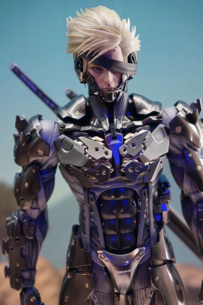 Tokyo-Game-Show-2014-Preparations-Hot-Toys-Raiden-2