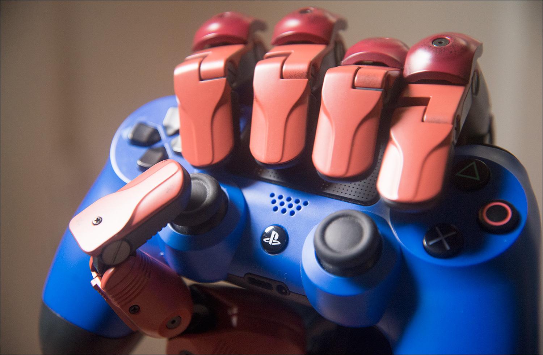 MGSV-Bionic-Arms-Holding-DualShock