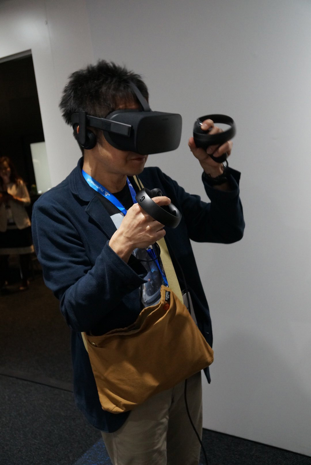Kenji-Yano-playing-Oculus-Rift-at-E3-2016-1