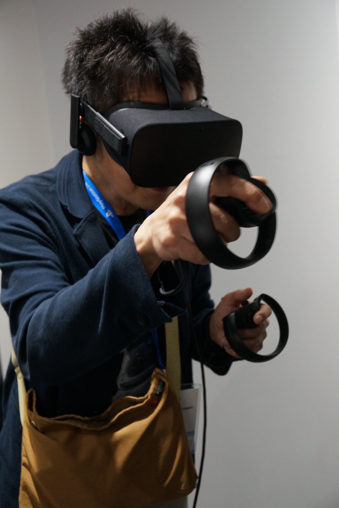 Kenji-Yano-playing-Oculus-Rift-at-E3-2016-2